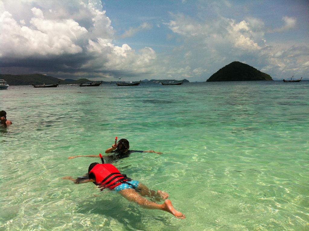 15101764467_3fcfec4da5_b_snorkeling-in-thailand